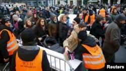Contrôles de sécurité en vue des célébrations du Nouvel An à la porte de Brandebourg à Berlin, Allemagne, 31 décembre, 2015. (REUTERS / Hannibal Hanschke)