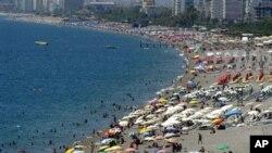 Turis lokal dan asing memenuhi pantai Konyaalti di Antalya, Turki selatan. (Foto: Dok)