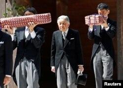 ພະເຈົ້າຈັກກະພັດ ອາກິຮິໂຕະ ແຫ່ງຍີ່ປຸ່ນ ຫ້ອມລ້ອມໄປດ້ວຍພວກເຈົ້າໜ້າທີ່ ອິມເພຍໂຣ ທີ່ໄດ້ຫາມ ເອົາ 2 ຂອງ 3 ອັນທີ່ເອີ້ນວ່າ ຊັບສົມບັດລຶກລັບແຫ່ງຍີ່ປຸ່ນ ຫຼື Three Sacred Treasures of Japan ອອກຈາກສຸສານ ໃນຂະນະທີ່ພະອົງລາດດຳເນີນຢ້ຽມຢາມ ສຸສານຂອງ ອີຊິ ຈິນກຸ.