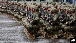 Военнослужащие армии Грузии слушают национальный гимн страны в День независимости. Тбилиси. Грузия. 26 мая 2013 г.