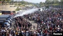 警察在緬甸首都內比都對抗議軍隊政變的示威民眾動用高壓水槍。(2021年2月8日)