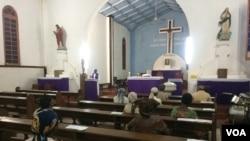 Valeriano Atiracho, pároco da Sé Catedral de Pemba, celebra missa