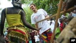 សមាជិកនៃសហគមន៍ ត្រែប វ័នធីត (TribeWanted) រាំលេងនៅក្នុងពិធីបើកសហគមន៍ ត្រែប វ័នធីត (TribeWanted)នេះ នៅភាគខាងត្បូងនៃរដ្ឋធានីហ្វ្រ៊ីថោន (Freetown)។