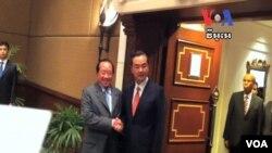 Ngoại trưởng Campuchia Hor Namhong (trái) và Ngoại trưởng Trung Quốc Vương Nghị trong cuộc họp tại Phnom Penh, Campuchia, 21/8/13