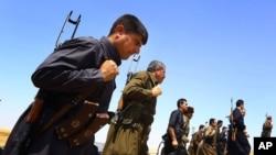 Pasukan Peshmerga berjaga-jaga di pinggiran Mosul (foto: dok).