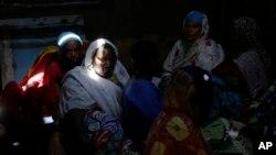 Des femmes pleurent au deuil d'un homme tué au Burundi, le 22 juillet 2015.