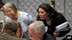 佛罗里达州坦帕市11月16日正在进行手工重新计票,民主党观察员现场监督。