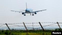 一家越南航空公司的客机从河内内排机场起飞。(2014年11月14日)