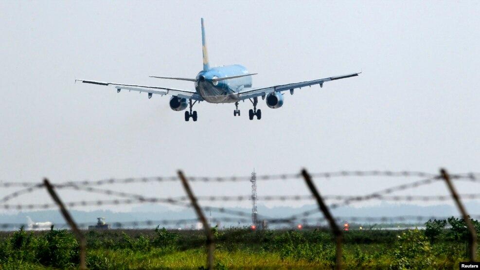 Một máy bay của hãng hàng không Vietnam Airlines đáp xuống sân bay Nội Bài, Hà Nội, ngày 14/11/2014.