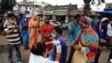 Seorang petugas medis tampak tengah memberikan vaksin COVID-19 kepada warga dalam program vaksinasi yang dijalankan di Ahmedabad, India, pada 31 Agustus 2021. (Foto: AP/Ajit Solanki)