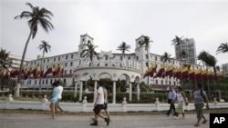 Suasana di depan hotel El Caribe, Cartagena, Kolombia (14/4). Anggota agen rahasia AS dibebastugaskan dan ditarik dari tugas mengawal presiden AS atas tuduhan terkait penggunaan jasa perempuan penghibur di hotel ini.