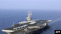 """图为美国核动力航空母舰""""尼米兹号""""(档案照片)"""