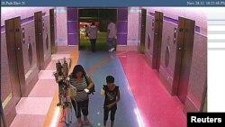 La foto de una cámara de seguridad de hospital evidencia cuando la niña sale caminando en compañía de la mamá.