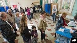 法國選民星期天在里昂排隊進行總統決選投票