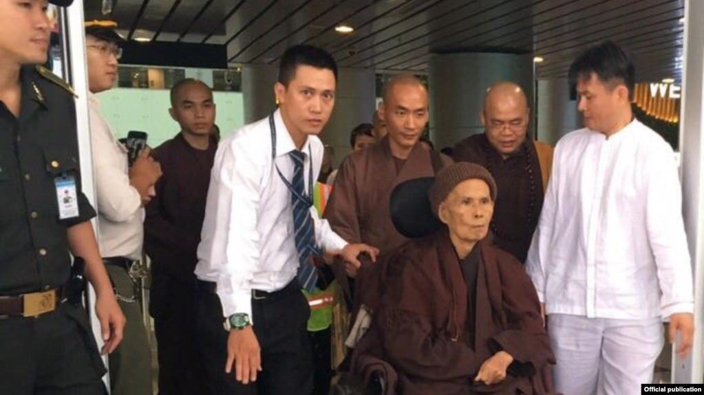 Thiền sư Thích Nhất Hạnh đến sân bay Đà Nẵng ngày 29/8/2017. (Ảnh: Báo Giác Ngộ)