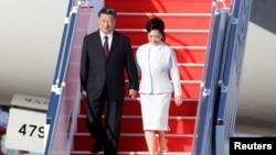 中國國家主席習近平偕夫人彭麗媛抵達澳門走下飛機。 (2019年12月18日)