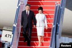 中國國家主席習近平攜夫人彭麗媛抵達澳門走下飛機。 (2019年12月18日)