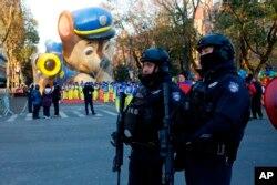 Miembros del Departamento de Policía de Nueva York, NYPD, vigilan a lo largo de la ruta del desfile del Día de Acción de Gracias de Macy's el jueves, 28 de noviembre de 20129.