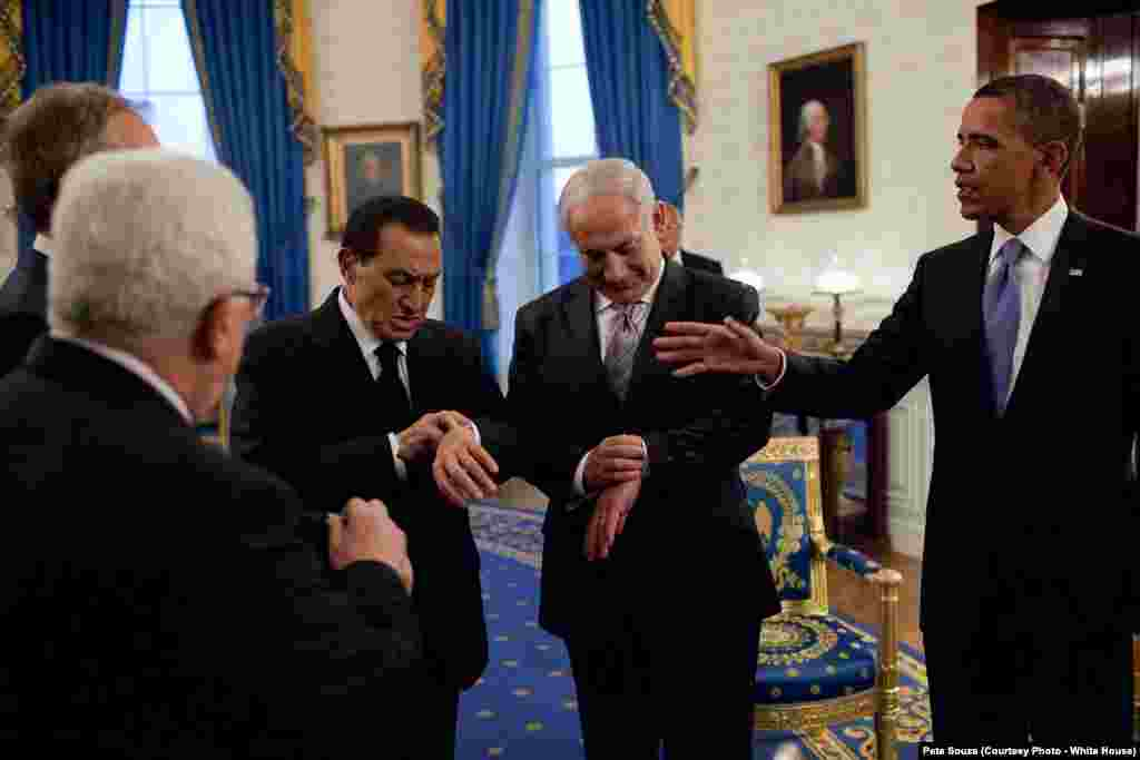 Avant le repas de travail sur les négociations aux Moyen-Orient, le président égyptien Hosni Mubarak et le Premier ministre israélien Benjamin Netanyahu regardent leurs montres pour voir si c'est officiellement le coucher du soleil, Washington, le 1er septembre 2010(White House/Pete Souza)