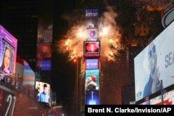 ARCHIVO - Times Square iluminada el 31 de diciembre de 2017 a la medianoche. Este año, la Ciudad de Nueva York no permitirá testigos presenciales cuando baje el globo iluminado que contará los últimos minutos del 2020.