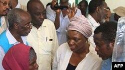 Phó Tổng thư ký Liên hiệp quốc Valerie Amos (giữa) nói chuyện với một bà mẹ người Somalia tại một bệnh viện ở Mogadishu