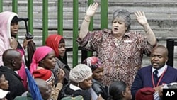 An immigration official addresses Zimbabweans as they queue outside immigration offices in downtown Johannesburg (file photo – 15 Dec 2010)