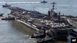 지난 4일 미국 해군 7함대 소속 항공모함인 조지워싱턴호가 미-한 연합 훈련을 위해 한국 해군 부산작전기지로 입항하고 있다.