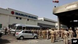 Cảnh sát đứng bên trong nhà máy Maruti Suzuki sau vụ nổi loạn của công nhân,ngày 19/7/2012