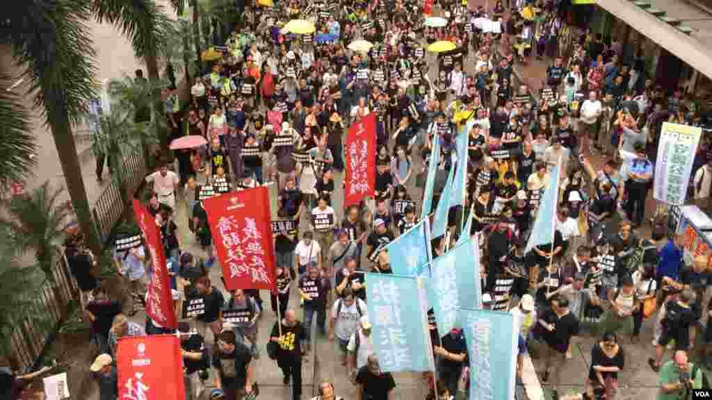 香港几十个政党和团体在中国十一国庆当天下午,举行反威权大游行,抗议政治打压,要求律政司司长袁国强下台。数以万计的港人走上街头,表达反对他们看来的来自北京和香港特区政府的威权打压。