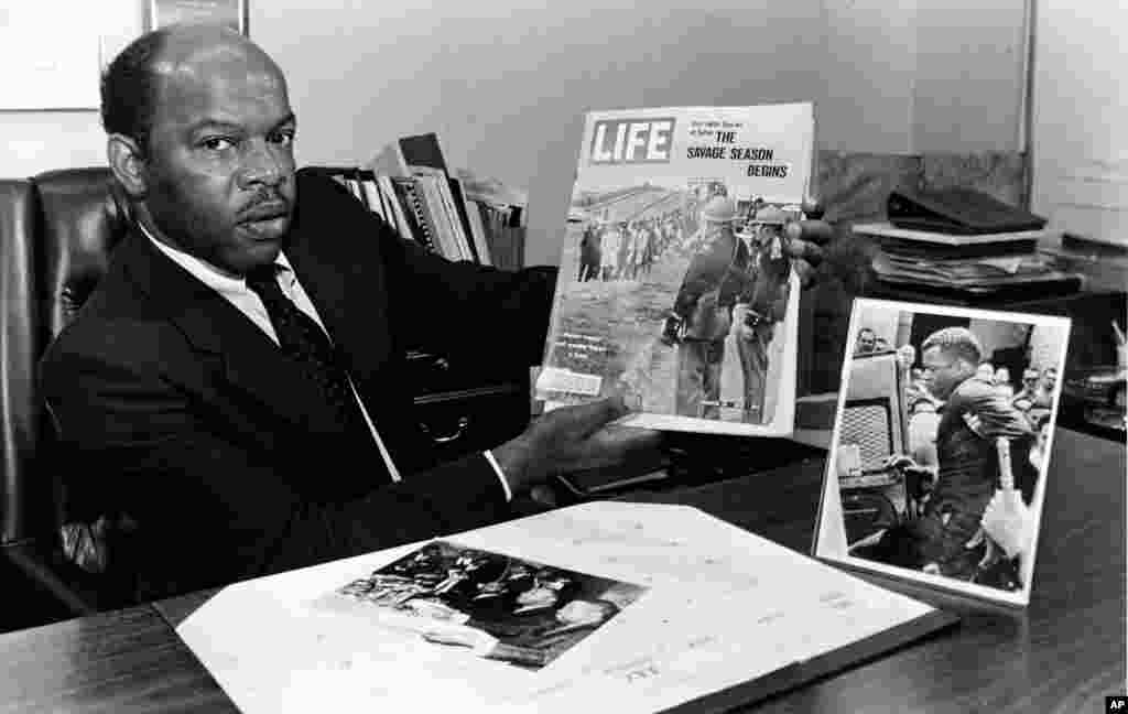 លោក John Lewis បង្ហាញរូបលោកលើទស្សនាវដ្ដី Life Magazine ចេញផ្សាយខែមីនា ឆ្នាំ ១៩៦៥ នៅក្នុងការិយាល័យរបស់លោក ក្នុងក្រុង Atlanta រដ្ឋ Georgia ថ្ងៃទី ៧ ខែសីហា ឆ្នាំ១៩៨៦។