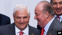 El rey Juan Carlos de España (der.) conversa con el presidente panameño, Ricardo Martinelli en la cumbre del año pasado.