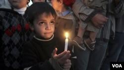 Seorang anak laki-laki Palestina ikut dalam peringatan dua tahun serbuan pasukan Israel di Gaza (27 Desember 2010).