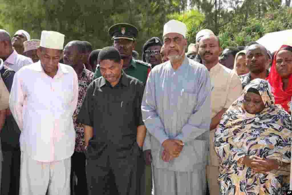 Rais wa Zanzibar, Dk Ali M. Shein na Makamu wa kwanza wa Rais Maalim Seif Sharif wakiwa wenye huzuni wakati walifika eneo la ajali ya meli ya Spice Islander.