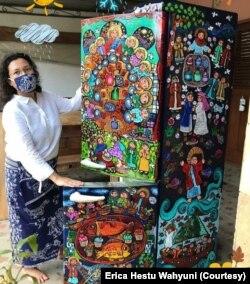 Lukisan bertema Yesus di tiga sisi kulkas. (Foto: Erica Hestu Wahyuni)