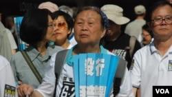 接近70歲的香港市民鍾婆婆表示,不認同北京欽點候選人的假普選 (美國之音湯惠芸拍攝)