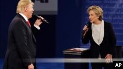 ឯកសារ៖ លោក Donald Trump បេក្ខជនប្រធានាធិបតីមកពីគណបក្សសាធារណរដ្ឋជជែកតទល់គ្នាជាមួយលោកស្រី Hillary Clinton នៅក្នុងអំឡុងការជជែកតទល់ Presidential debate នៅសាកលវិទ្យាល័យ Washington University in St. Louis កាលពីថ្ងៃទី៩ ខែតុលា ឆ្នាំ២០១៦។