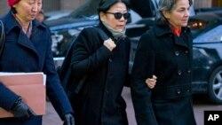 1月20日,严雪瑞在律师陪同下走出纽约南区联邦法院(美联社图片)