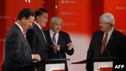 4 ứng cử viên đảng Cộng Hòa (từ trái): Rick Santorum, Mitt Romney, Ron Paul, và Newt Gingrich nói chuyện trong thời gian nghỉ giữa cuộc tranh luận ở Florida