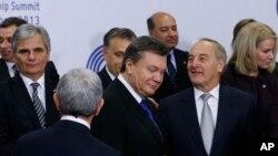 29일 리투아니아 빌니우스에서 열린 유럽연합 정상회의에 빅토르 야누코비치 우크라이나 대통령(가운데)도 참석했다.