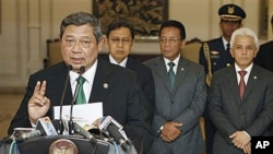 In this photo released by Indonesian Presidential office, Indonesian President Susilo Bambang Yudhoyono gestures as he speaks during a press conference announcing the cancellation of his trip to the Netherlands in Jakarta, Indonesia, 05 Oct 2010