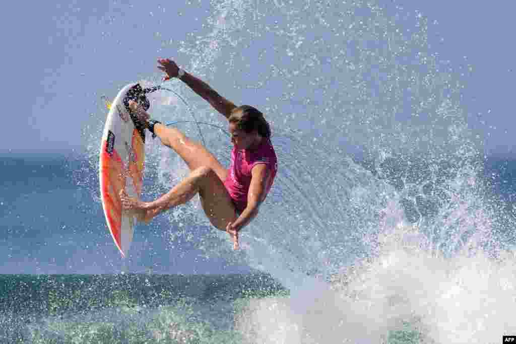កីឡាការនី Courtney Conlogue មកពីសហរដ្ឋអាមេរិក ជិះក្តារលើទឹក នៅមុនពេលប្រកួតយកពានរង្វាន់ World Surf League សម្រាប់ស្ត្រី នៅលើកោះបាលី ប្រទេសឥណ្ឌូណេស៊ី។
