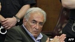 Cựu Tổng giám đốc Quỹ Tiền Tệ Quốc Tế IMF Dominique Strauss-Kahn được tự do tạm với tiền thế chân