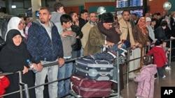 2月21日在利比亚邻国约旦人们在机场急切盼望亲人返回