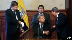El presidente de Ecuador, Lenín Moreno, (centro) saluda al embajador de China, Wang Yulin, (derecha) y al embajador de EEUU Todd Chapman (izquierda) en Quito, el martes, 17 de abril de 2018.