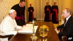 El papa Francisco y Vladimir Putin en una audiencia privada en el Vaticano, el 25 de noviembre de 2013.
