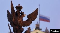러시아 상테부르크의 국립박물관에 장식된 러시아의 상징 쌍머리독수리 조각상과 러시아 국기. (자료사진)