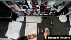 Arhiva - Student od kuće prati online nastavu uz pomoć Zoom aplikacije.