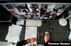 Çevrimiçi eğitimde öğrenciler kameraları sayesinde sanal bir sınıf yaratıyor.