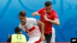 Dy vëllezërit Xhaka, Granit the Taulant ndeshen në fushën e lojës, njëri për Zvicrën dhe tjetri për Shqipërinë.