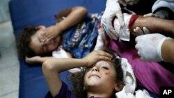 Anak-anak Palestina yang menderita luka-luka akibat serangan Israel terhadap gedung sekolah PBB di Beit Hanoun, Jalur Gaza (24/7).
